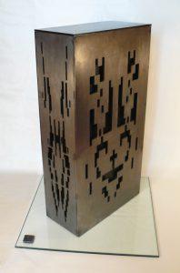 Escultura brutalista de metal