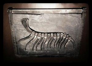Escultura fósil de hierro y pizarra