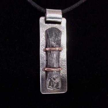 Colgante de plata, hierro y cobre